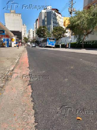 Asfalto novo na alameda Nothmann, no centro, onde ficava ciclovia; reforma tirou o vermelho