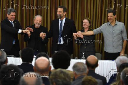 Lula com petistas como Gleisi Hoffmann e Fernando Haddad (à dir.)