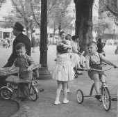 Crianças brincam em parque na Praça