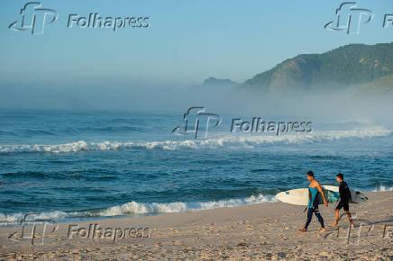 Surfistas na praia da Macumba