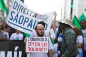 Manifestantes protestam contra a pedofilia e a exposição do MAM