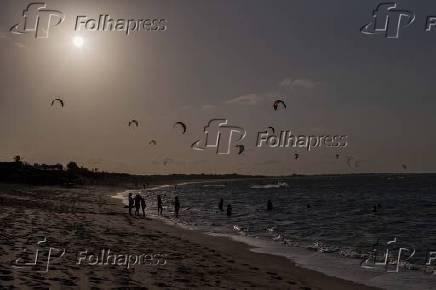 Praticante de kitesurfe aproveita fim de tarde em Barra Grande (PI)