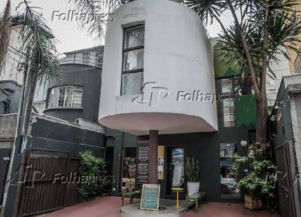 Fachada de uma cafeteria que funciona em uma casa com arquitetura modernista