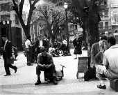 Engraxates e pedestres na praça da Sé