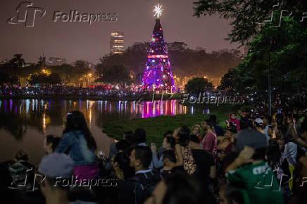 Público assiste apresentação de luzes da tradicional árvore de Natal do parque do Ibirapuera