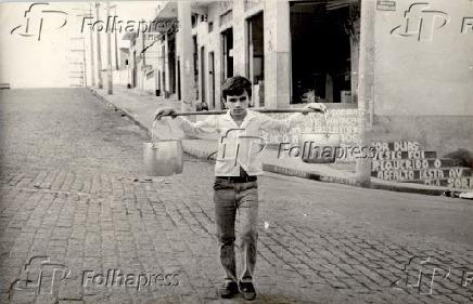 Garoto leva água para casa em panelas durante falta de água em São Paulo (1969)