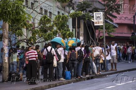 Passageiros aguardando ônibus