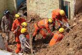 Bombeiros trabalham nos escombros de um desmoronamento, em Camaragibe (PE)