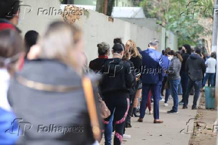 Pessoas formam fila na UBS Max Perlman para serem vacinados