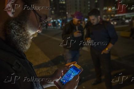 Homens jogam Pokémon GO