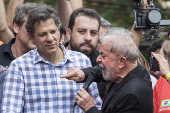 Lula discursa no caminhão de som em frente ao Sindicato dos Metalúrgicos