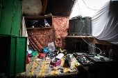 Interior de barraco onde morava adolescente torturado após furto de chocolate