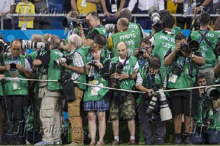 Fotógrafos posicionados à espera das entradas de Brasil e Suíça
