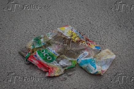 Lixo plástico na Praia do Una, que pertence ao município de São Sebastião (SP)