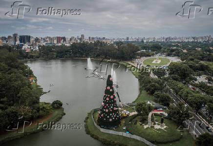 A montagem da tradicional árvore de Natal do parque Ibirapuera, em SP