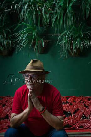 O poeta Jorge Salomão em sua casa em Santa Teresa, no Rio de Janeiro
