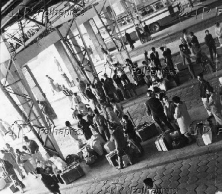 Multidão aguarda embarque na estação rodoviária