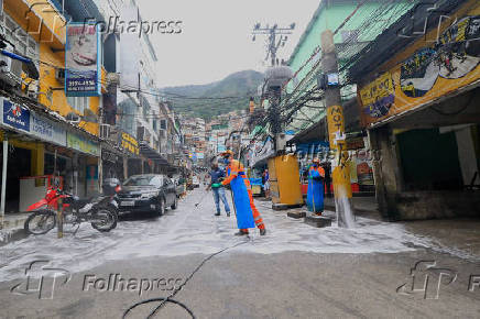 Comlurb faz higienização nas ruas da favela da Rocinha, no Rio