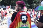 Manifestantes com faixa em defesa de Lula na Parada LGBT de SP