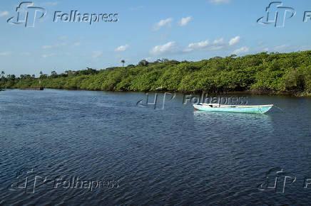 Canoa no rio Jaguaripe no distrito de Maragogipinho, em Aratuípe