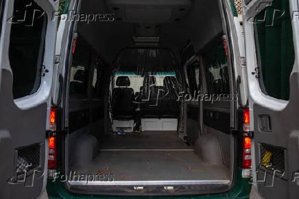 Vans escolares adaptadas para transporte de caixões