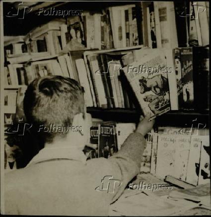 Garoto pega livro de prateleira em livraria, na cidade de São Paulo (1950)