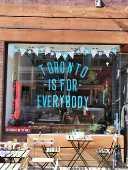 Mensagem em café do bairro de Kensington Market que diz 'Toronto é para todos'