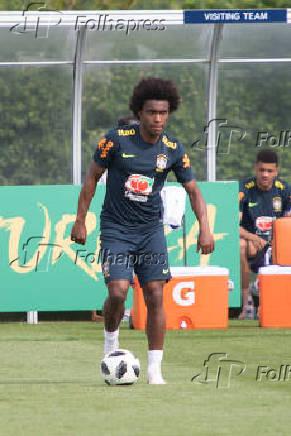 Willian durante treino da seleção brasileira