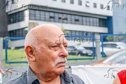 Frei Chico, após visitar o irmão, na frente da sede da PF, em Curitiba (PR)