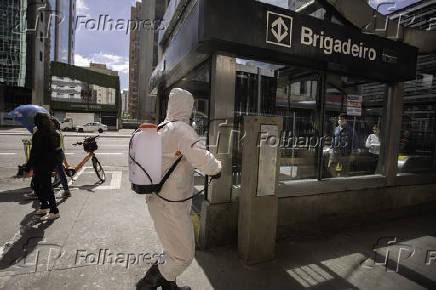 Higienização em estação do metrô na avenida Paulista