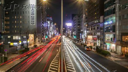 Cidade de Tóquio à noite com letreiro de Tokyo 2020, no Japão.