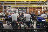 Funcionários trabalham na fábrica da Mercedes, em São Bernardo do Campo
