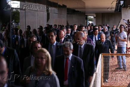 Grupo de deputados em um dos acessos ao CCBB, em Brasília (DF)