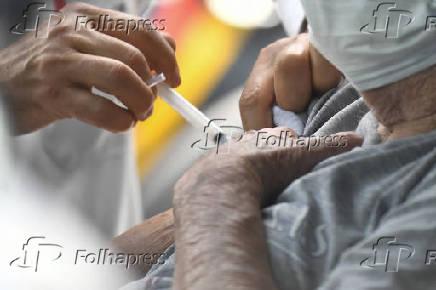 Vacinação em idosos contra a Covid-19 no sistema drive-thru em Brasília