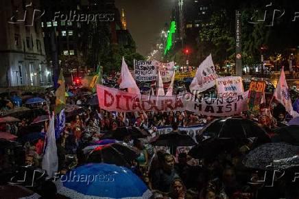 Manifestantes vão às ruas contra presidente e seu filho, na avenida Paulista