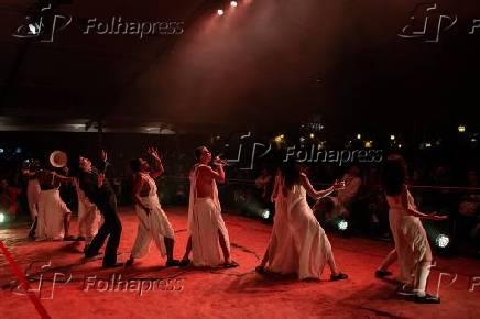 Atores do Teatro Oficina em espetáculo na abertura da Flip 2019