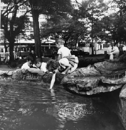Crianças brincam em lago na praça de Buenos Aires, em São Paulo (1962)