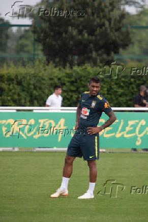 Paulinho durante treino da seleção brasileira