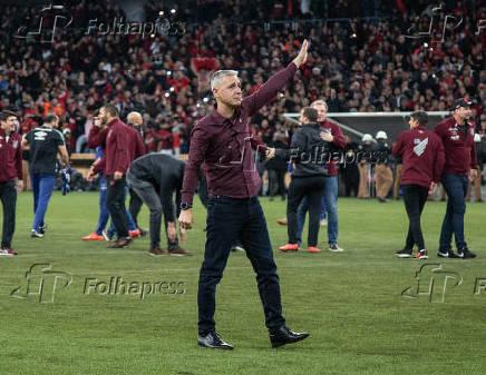 Tiago Nunes, técnico do Athletico-PR, comemora classificação para final da Copa do Brasil