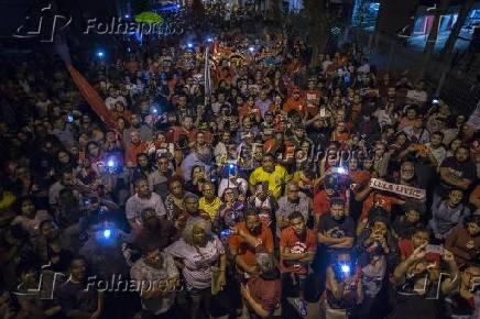 Multidão à espera da soltura do ex-presidente Lula