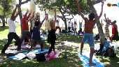 Moradores de rua praticam ioga de graça no Rio de Janeiro